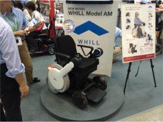 次世代型電動車いすWHILL    手のひらで操作ができます。一際注目を浴びていました。