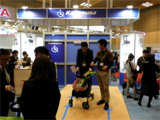 厚生労働省や経済産業省が導入を支援している 介護ロボットに関連して「電動アシスト機能付き歩行車」を 出展しているメーカーが注目を浴びていました。