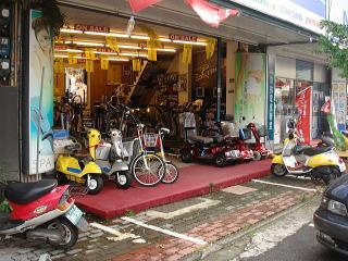 電動バイクやマッサージ器と一緒に展示してました