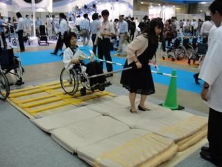アール印刷様の「JINRIKI」。災害時の 車いす緊急避難用として使用するそうです。