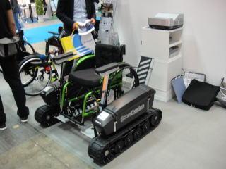 オットーボック・ジャパン様のスカウトクローラー!キャタピラーが 装着された電動車部分に自身の車いすを装着して使用します。