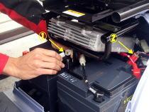 ①は左右のバッテリーを連結 ②はバッテリー温度センサー