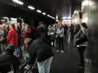 会場へは「Uバーン」という地下鉄で行きます。展示会のチケットを 持っていれば無料で乗車する事ができます。会期中は混雑します。