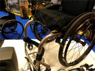 車いすのフレームに模様が入っています。オシャレですね! permobil(ペルモビール)の「Ti LITE」という商品。 スウェーデン発祥の電動車いすメーカーです。