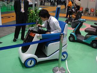 スズキブースには、参考出品で「燃料電池式セニアカー」が展示されていました。ハンドルの下辺りからガソリンみたいなのを注入していました。