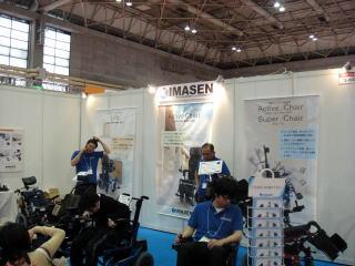 仙様ブース リクライニングや座面昇降型電動車いすを展示。