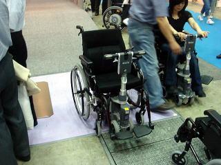 あなたの車いすが電動に手動スクーターに変身!(アルバジャパン)