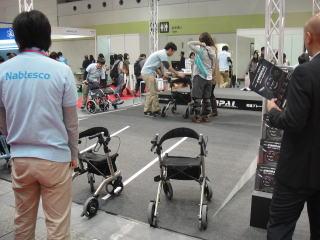 ナブテスコ様ブース 抑速ブレーキを内臓した新歩行車「コンパル」の試用展示をしていました。