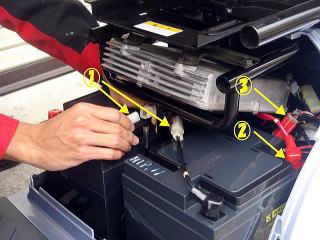 ①・③のコネクタを取り外します。②はビニールカバーをめくって8mmのナットを緩めケーブルを端子から取り外します。(バッテリーを少し前方に引き出して作業を行うと楽です)