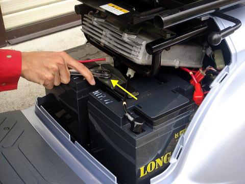 バッテリー固定プレートを取り外します。(12mmナット)