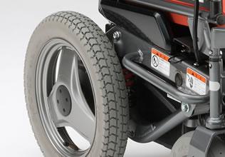 後輪の素材とタイヤパターンにより、グリップ力・駆動力・制動力を追求。また、前輪にスリックタイヤを装着して、高い旋回性能を実現しました。