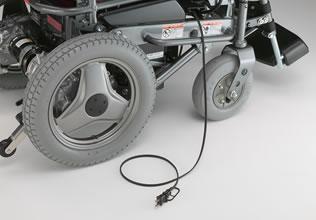 充電時の静かさを実現。夜間の充電も安心です。また、コードリールとグリップ付き充電プラグを採用。引き出し・収納がしやすくなりました。(充電プラグは車体左側にも取付可能です。)